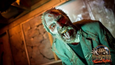 mall-zombie-snarls-3-haunted-hayride